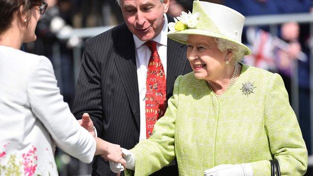 Die Königin schüttelt während ihres Spaziergangs vor Schloss Windsor einer Frau die Hand. (Bild: AFP)