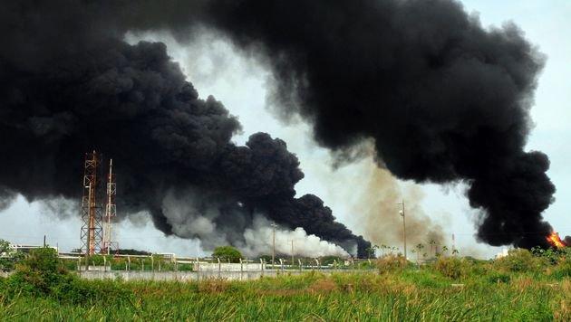 Pechschwarze Rauchsäulen über der Ölraffinerie in Coatzacoalcos (Bild: APA/AFP/SERGIO BALANDRANO)