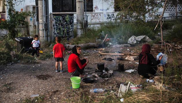 Flüchtlinge in der Nähe des alten Flughafens von Athen (Bild: APA/AFP/ANGELOS TZORTZINIS)