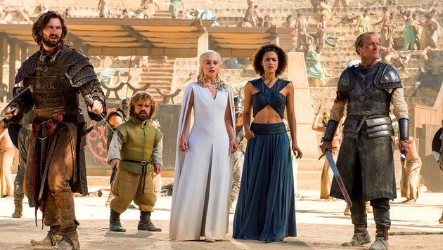 Ein Highlight in Staffel fünf: Daario, Tyrion, Danerys, Missandei und Jorah umringt von Attentätern (Bild: HBO)