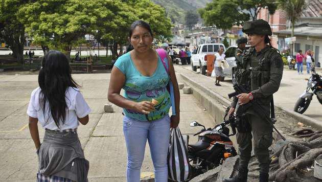 Das Militär ist in Kolumbien allgegenwärtig. (Bild: APA/AFP/LUIS ROBAYO)