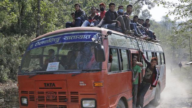 Die Fahrt von entlegenen Dörfern in die Städte ist beschwerlich. (Bild: Klemens Groh)