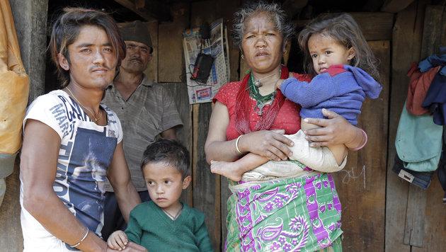 Tek Bahadur Thami (li.) mit seinen Kindern und seinen Eltern. Der junge Mann verlor seine Ehefrau. (Bild: Klemens Groh)