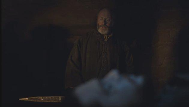 In einem Clip aus Staffel sechs beschützt Davos Seewert den Leichnam von Jon Snow. Doch warum? (Bild: HBO)