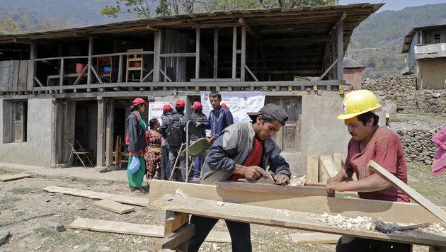 Das Rote Kreuz veranstaltet Trainings für Handwerker. Demo-Häuser werden so errichtet. (Bild: Klemens Groh)