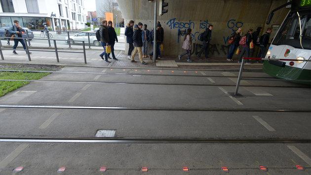 LED-Lampen im Boden sollen Handynutzer in Augsburg vor Unfällen bewahren. (Bild: swa/Thomas Hosemann)