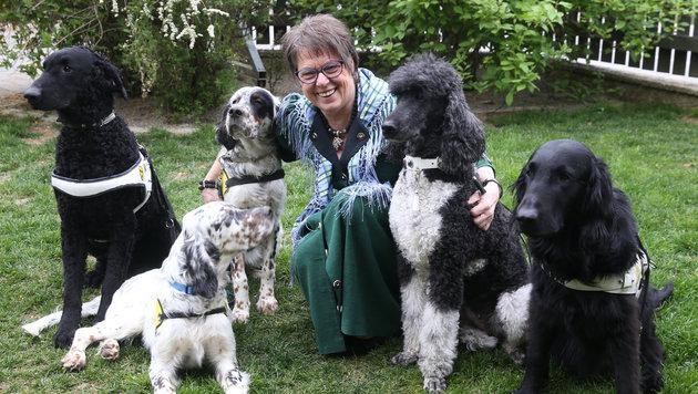 """Maria Gerstmann im Kreise ihrer Lieben: """"Die Arbeit mit Tieren macht mir unglaublich viel Freude!"""" (Bild: Sepp Pail)"""