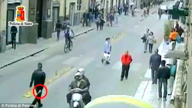 Der Schütze geht mit gezogener Waffe Richtung Tatort. (Bild: Polizia di Palermo)