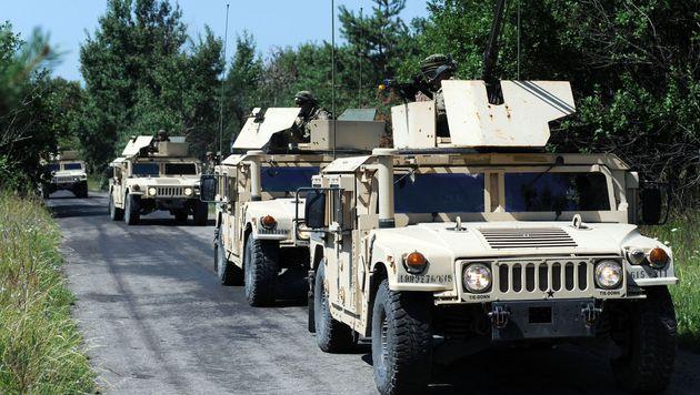"""In Bayern """"regnete"""" es Militär-Humvees vom Himmel (Bild: AFP)"""