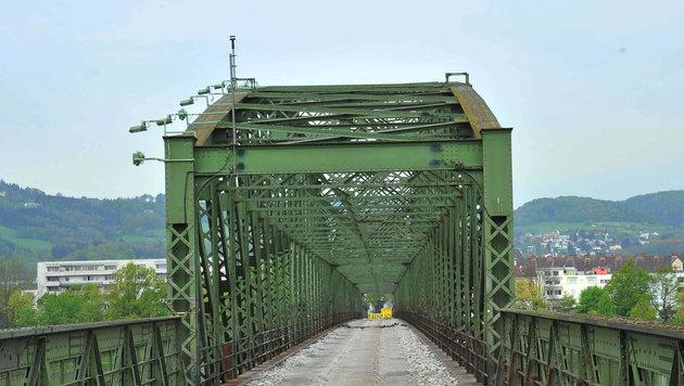 Die Linzer Eisenbahnbrücke wird abgerissen (Bild: Horst Einöder)