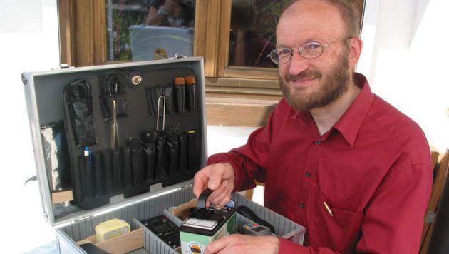 Thomas Neff, Mitglied bei Plage, mit Geigerzähler (Bild: Sabine Salzmann)