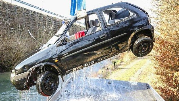 Die Feuerwehr zog den im Internet um 100 Euro gekauften Schrott-Opel-Corsa aus dem Mühlbach. (Bild: Markus Tschepp)