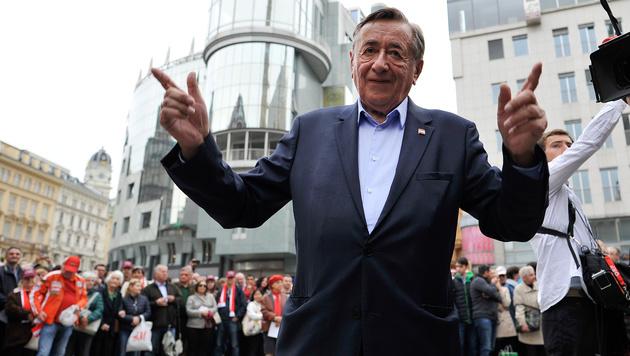 Richard Lugner beendete seinen Wahlkampf am Stephansplatz. (Bild: APA/HERBERT NEUBAUER)