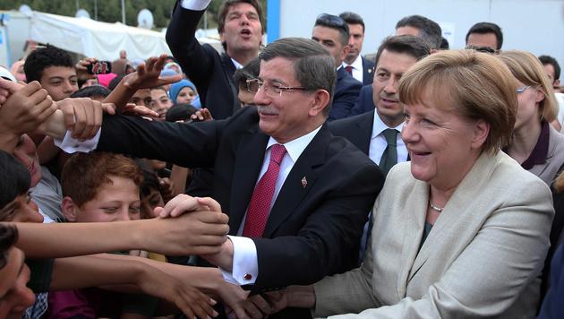 Angela Merkel und Ahmet Davutoglu im Flüchtlingslager Nizip (Bild: AP)