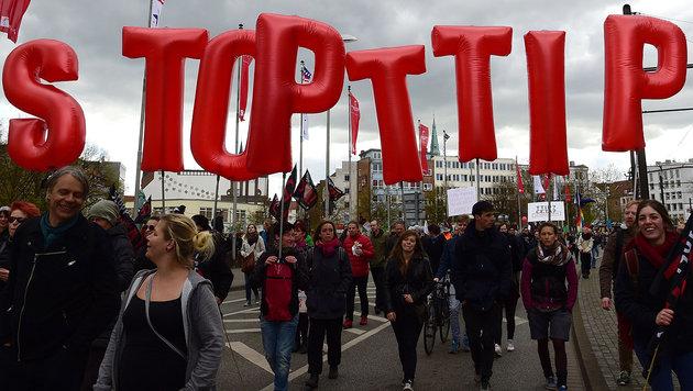 Demo gegen TTIP (Bild: APA/AFP/John Macdougall)