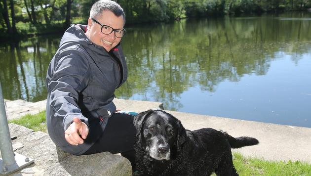 Sabine Oberhauser mit Labrador Felix (Bild: Peter Tomschi)