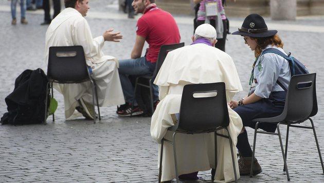Papst nahm überraschend 16 Jugendlichen Beichte ab (Bild: EPA)