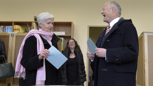 Andreas Khol mit Gattin Heidi bei der Stimmabgabe (Bild: APA/HANS PUNZ)