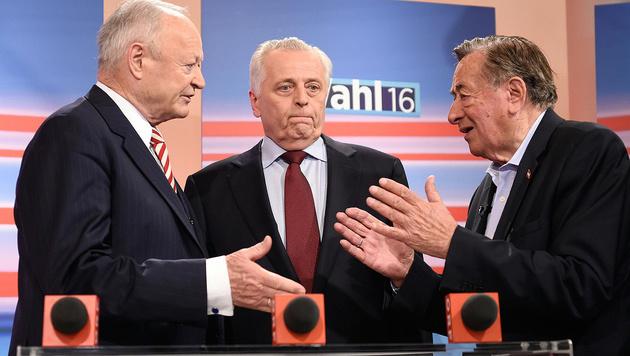 Lange Gesichter bei den geschlagenen Kandidaten Khol, Hundstorfer und Lugner (Bild: APA/Helmut Fohringer)