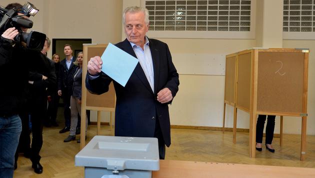 Rudolf Hundstorfer bei der Stimmabgabe in Wien (Bild: APA/HERBERT NEUBAUER)