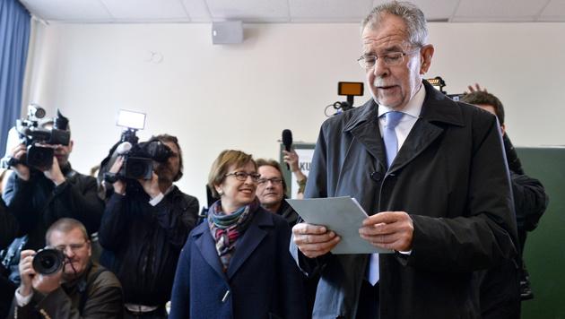 Alexander Van der Bellen bei der Stimmabgabe (Bild: APA/HERBERT NEUBAUER)