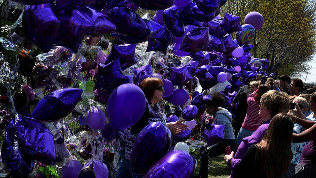 Violette Luftballons am Zaun des Anwesens in Minneapolis (Bild: APA/AFP/MARK RALSTON)