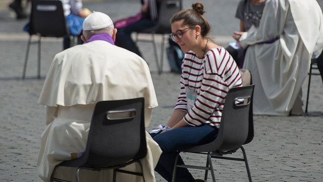 Papst nahm überraschend 16 Jugendlichen Beichte ab (Bild: APA/AFP/OSSERVATORE ROMANO)
