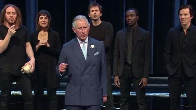 """Prince Charles spielt Hamlet. Rechts hinten ist """"Sherlock""""-Star Benedict Cumberbatch zu sehen. (Bild: YouTube.com/BBC)"""