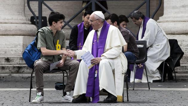 Papst nahm überraschend 16 Jugendlichen Beichte ab (Bild: AP)