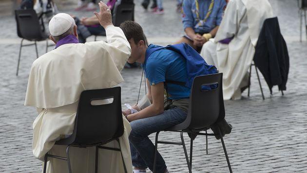 Papst nahm überraschend 16 Jugendlichen Beichte ab (Bild: APA/AFP/OSSERVATORE ROMANO/-)