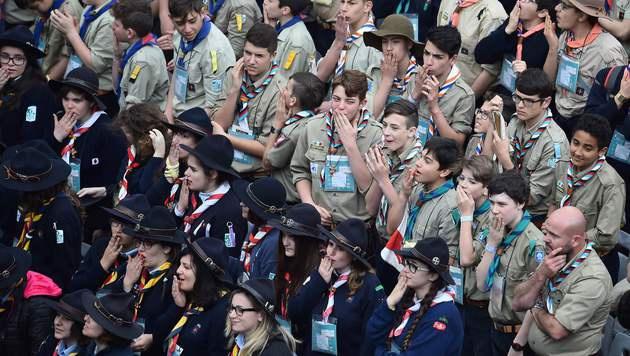 Papst nahm überraschend 16 Jugendlichen Beichte ab (Bild: APA/AFP/GABRIEL BOUYS)