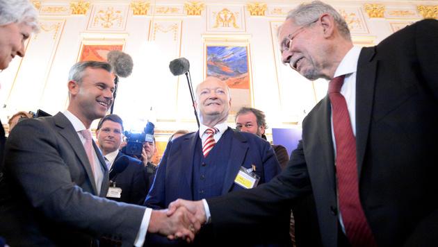Shakehands zwischen Norbert Hofer und Alexander Van der Bellen (Bild: APA/HANS KLAUS TECHT)