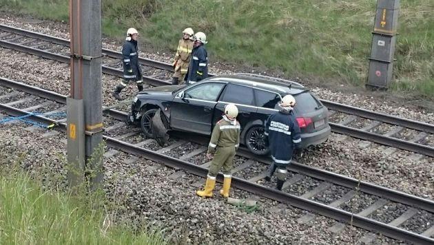 Der Wagen landete mitten auf der Westbahnstrecke. (Bild: FF Köstendorf)