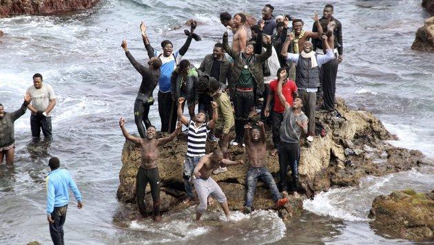 Diese Menschen erreichten Ceuta über das Meer. (Bild: EPA)