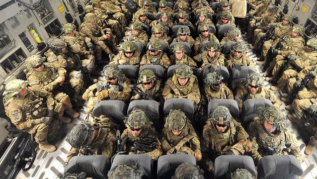 US-Soldaten in einem Transportflugzeug (Bild: VYACHESLAV OSELEDKO/AFP/picturedesk.com)
