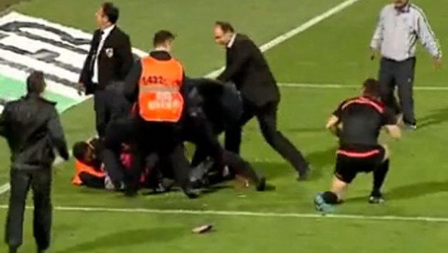 Skandal bei Fenerbahce-Spiel: Hooligan in U-Haft (Bild: YouTube.com)