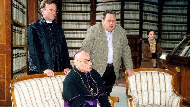 """Rudolf Wessely (im Vordergrund) bei einem Auftritt in der TV-Serie """"Der Bulle von Tölz"""" (Bild: ORF)"""