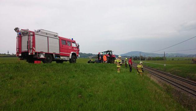 Mit einem Traktor wurde der Audi von den Gleisen gezogen. (Bild: FF Köstendorf)