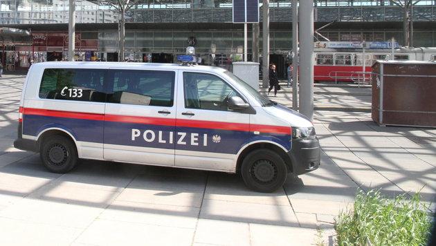 Polizeistreife am Tatort Praterstern (Bild: Andi Schiel)