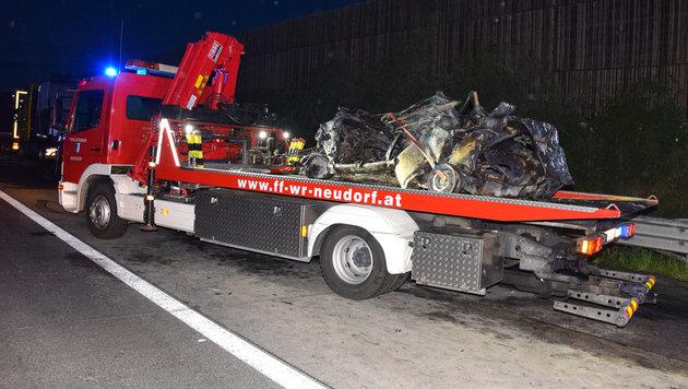 Auto fängt Feuer: Lenker (54) stirbt in Flammen (Bild: Michael Biegler/Feuerwehr Wiener Neudorf)