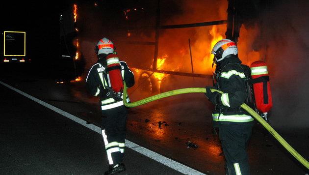 Der Lastwagen-Anhänger und der Pkw brannten lichterloh. (Bild: Michael Biegler/Feuerwehr Wiener Neudorf)