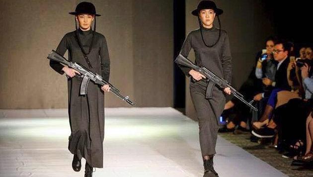 Models in Kasachstan mit Kalaschnikows am Laufsteg (Bild: twitter.com/ianbremmer)