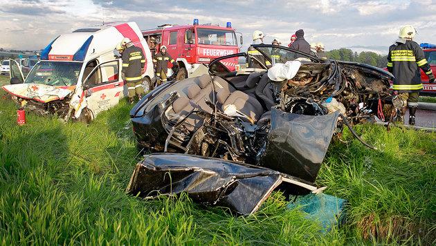 Rettungsauto und Pkw wurden bei der Kollision schwer beschädigt. (Bild: APA/MANFRED FESL)