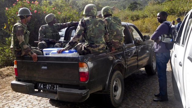 Der Schütze konnte vom Militär noch nicht aufgespürt werden. (Bild: EPA)