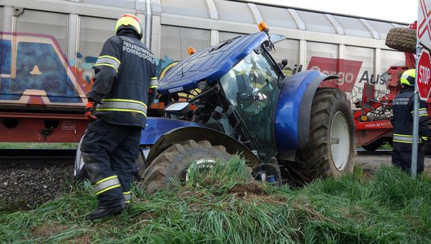 25-Jähriger mit Traktor gegen Zug geprallt (Bild: APA/FF FOHNSDORF)