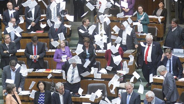 """""""Zettelregen"""" auf den SPÖ-Parlamentsklub nach erfolgter Zustimmung zum neuen Asylpaket (Bild: APA/ROBERT JAEGER)"""