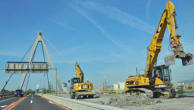 Die Baustelle auf der Steyregger Brücke verschärft die Stausituation rund um Linz (Bild: Horst Einöder)