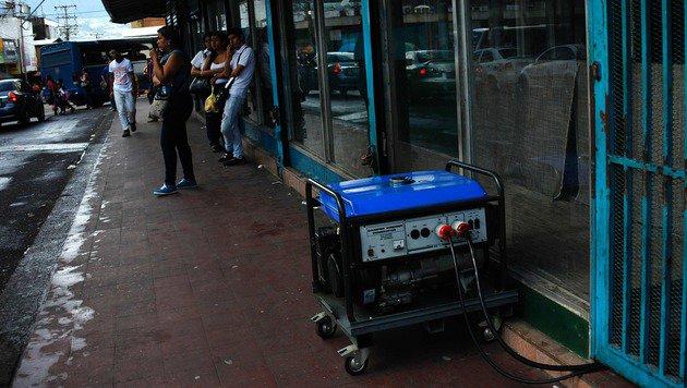 Wirtschaftskrise: Venezuela stellt seine Uhren um (Bild: AP)