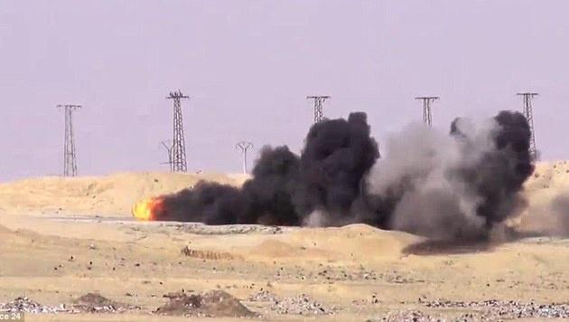 Nach dem Einschlag der Rakete ging der Wagen in Flammen auf. (Bild: France 24)