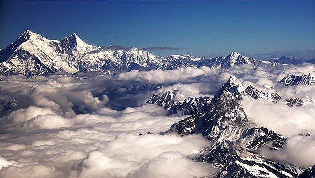 Luftaufnahme des Shisha Pangma (links oben) (Bild: Wikipedia (gemeinfrei))